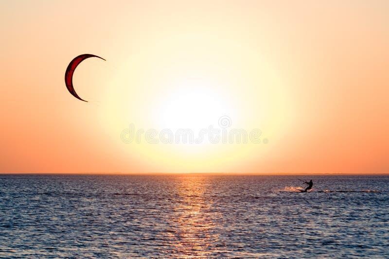Kitesurfer op een golf stock foto's