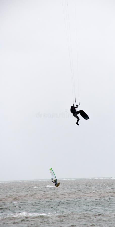Kitesurfer prawdziwy jeden wysokości nożny skok zdjęcie royalty free