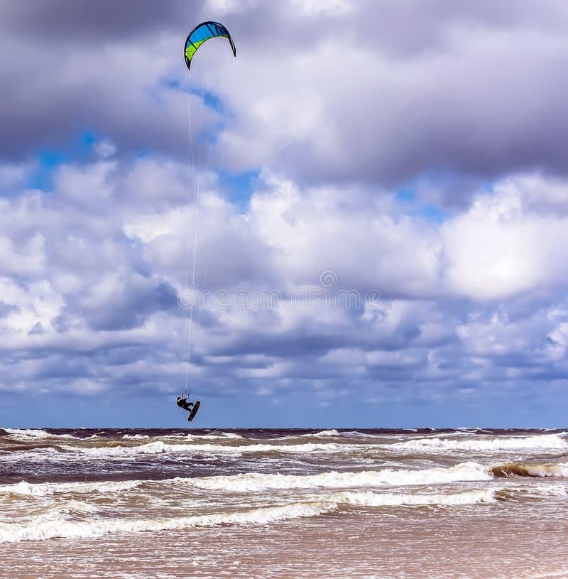 Kitesurfer que salta arriba en el aire imágenes de archivo libres de regalías