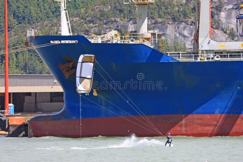 Kitesurfer-Reiten bei Squamish, Kanada lizenzfreie stockbilder