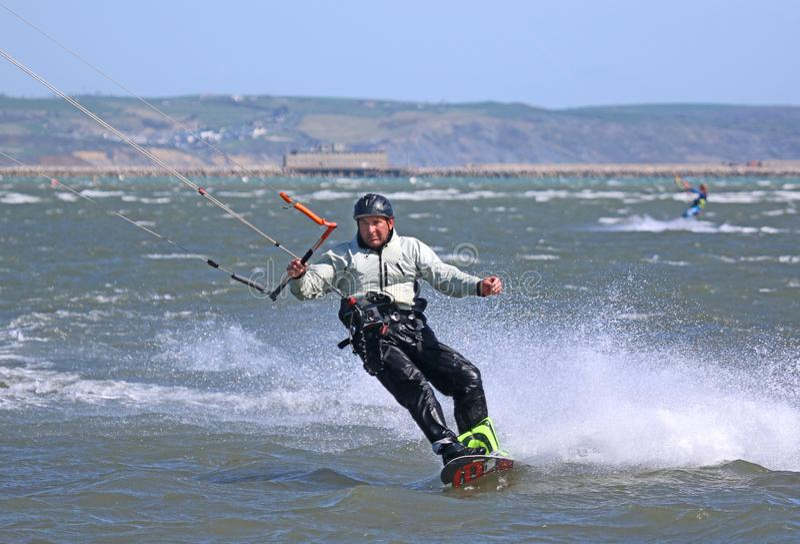 Kitesurfer-Reiten mit Geschwindigkeit lizenzfreie stockfotografie