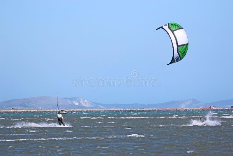 Kitesurfer-Reiten mit Geschwindigkeit stockbild