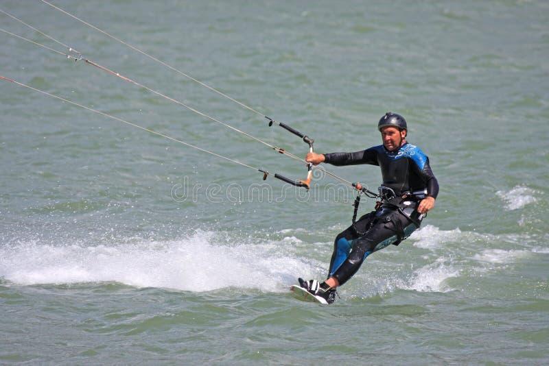 Kitesurfer-Reiten mit Geschwindigkeit lizenzfreie stockfotos