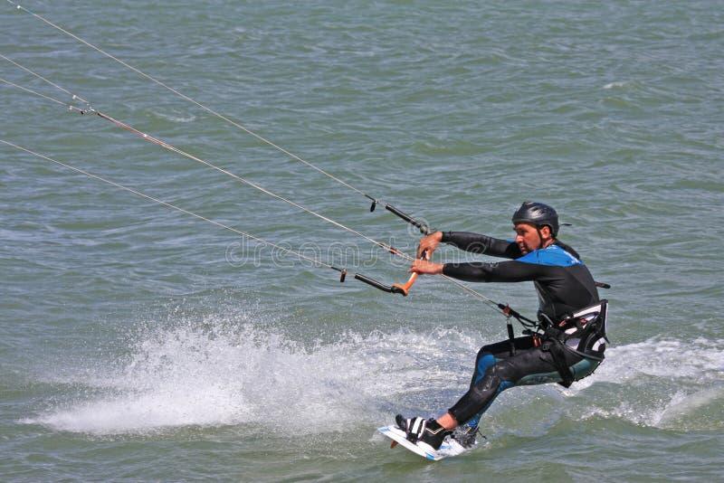 Kitesurfer-Reiten mit Geschwindigkeit lizenzfreie stockbilder