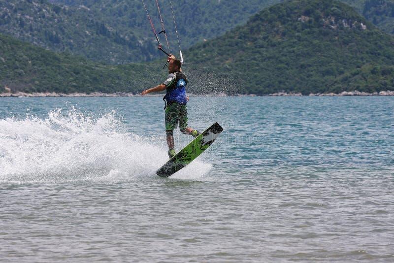 Kitesurfer robi sztuczce obraz stock