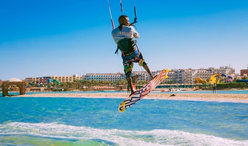 Kitesurfer som skjuta i höjden över Röda havetvattnet egypt fotografering för bildbyråer