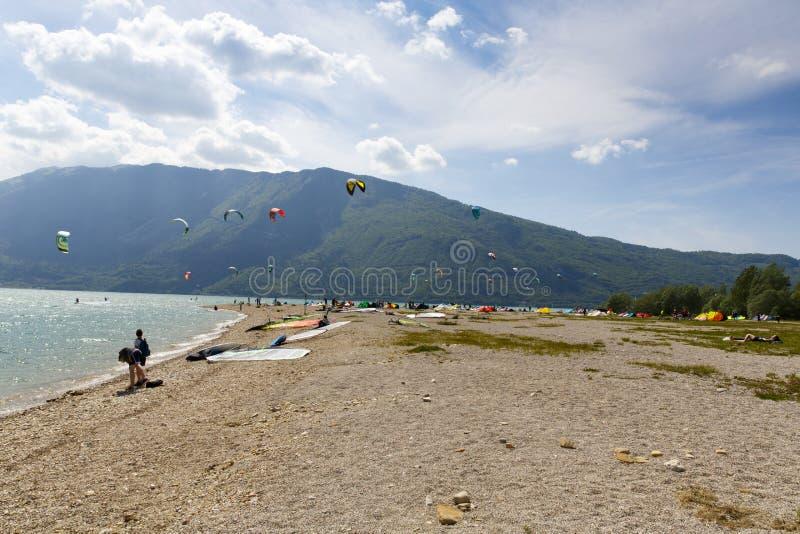 Kitesurfer wszczyna jego kanię w jeziorze Santa Croce obrazy royalty free