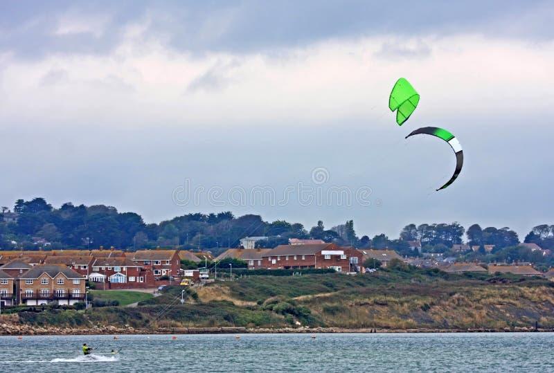 Kitesurfers在波特兰港口 免版税库存照片