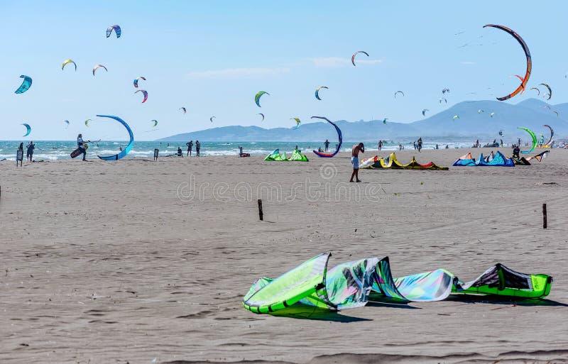 Kitesurfers на пляже в Ulcinj, Черногории стоковые фото