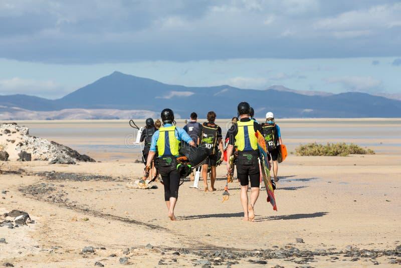 Kitesurfers em Praia Playa de Sotavento, Ilhas Canárias Fuerteventura foto de stock