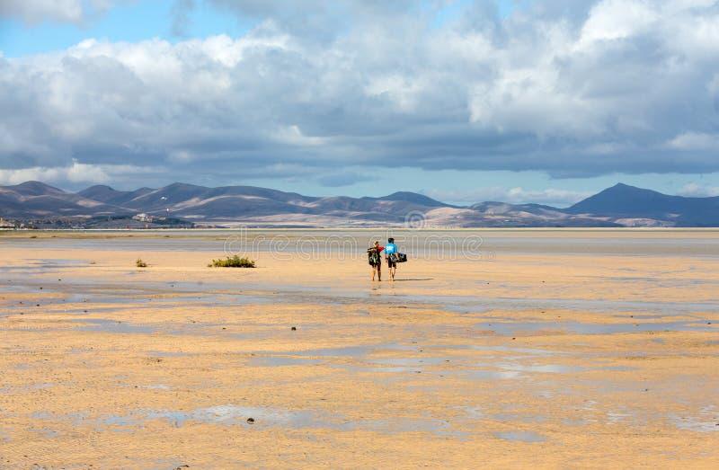 Kitesurfers em Praia Playa de Sotavento, Ilhas Canárias Fuerteventura fotos de stock