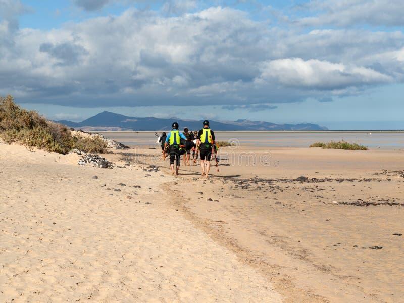 Kitesurfers em Praia Playa de Sotavento, Ilhas Canárias Fuerteventura, imagens de stock royalty free