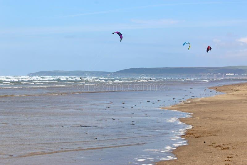 Kitesurfers Ho na praia na dire??o ocidental, Devon imagens de stock royalty free