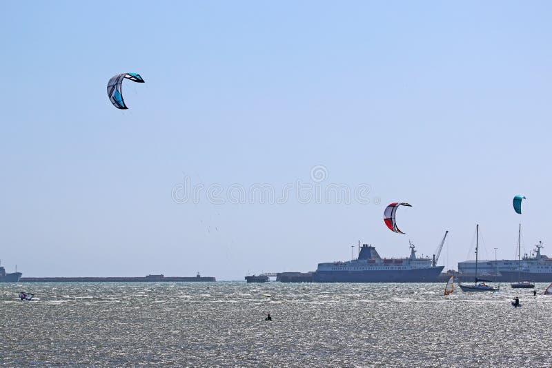 Kitesurfers i den Portland hamnen arkivfoto