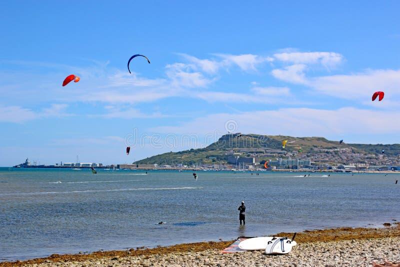 Kitesurfers i den Portland hamnen fotografering för bildbyråer