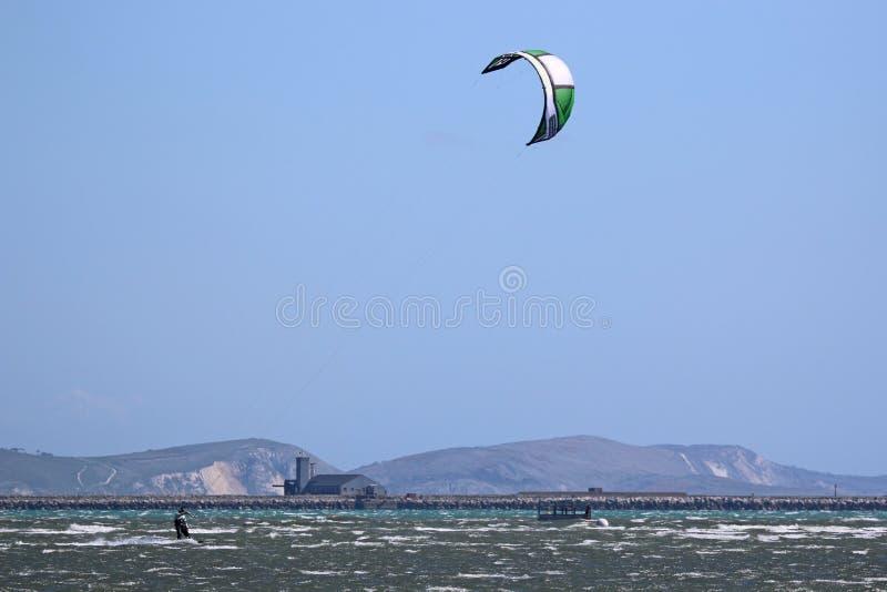Kitesurfers i den Portland hamnen, Dorset royaltyfri fotografi