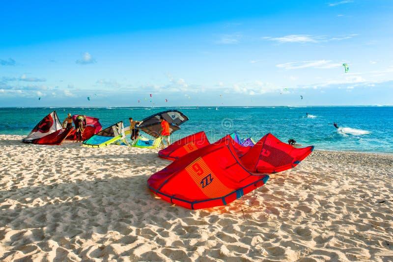 Kitesurfers na praia de Le Morne imagem de stock royalty free
