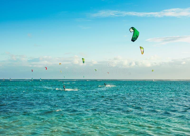 Kitesurfers na praia de Le Morne fotografia de stock