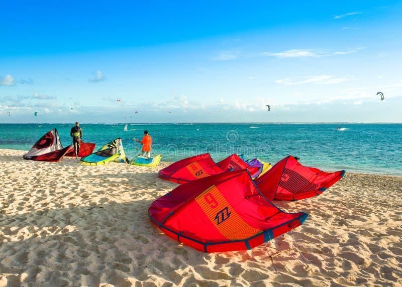 Kitesurfers na praia de Le Morne imagens de stock