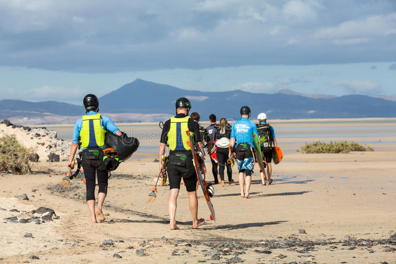 Kitesurfers su Beach Playa de Sotavento, Isole Canarie Fuerteventura, fotografia stock libera da diritti
