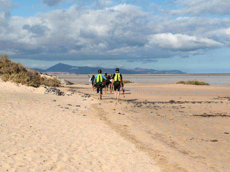 Kitesurfers su Beach Playa de Sotavento, Isole Canarie Fuerteventura, immagini stock libere da diritti