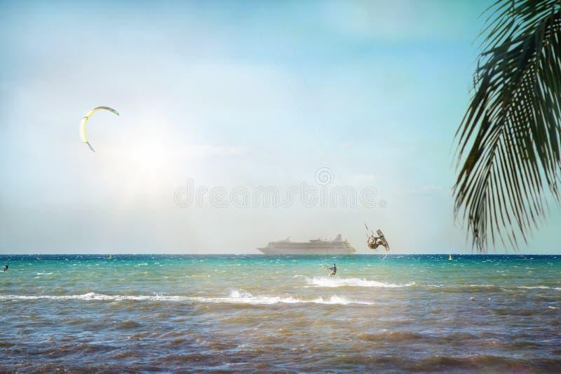 Kitesurfers und Kreuzschiff auf karibischem Meer stockfotografie