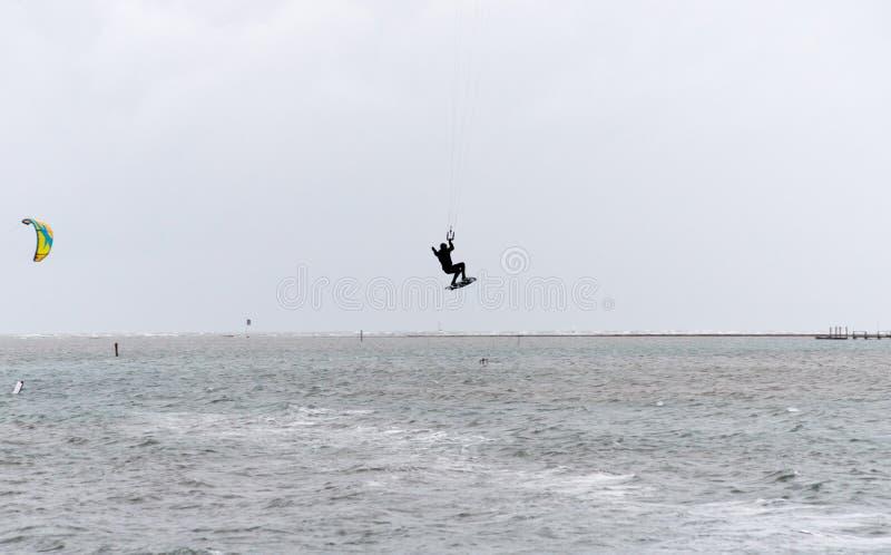 Kitesurfersprongen bij de oceaan royalty-vrije stock foto