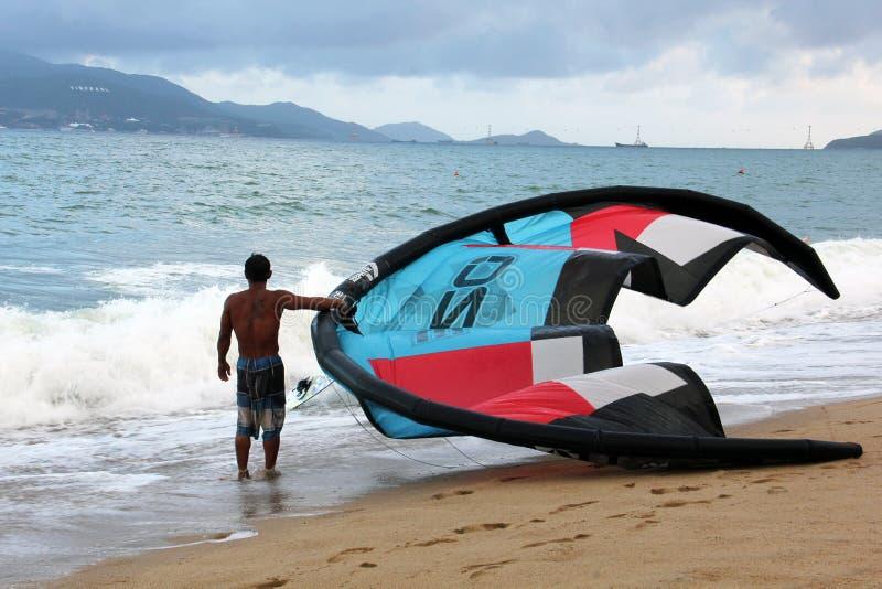 Kitesurfing在芽庄市,越南 免版税图库摄影