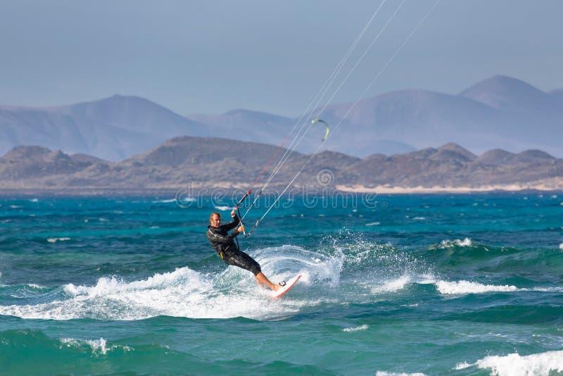 kitesurfing费埃特文图拉岛的人 免版税库存图片