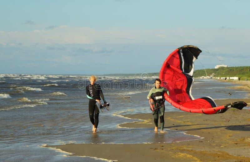 Kitesurfing в Латвии стоковые фотографии rf