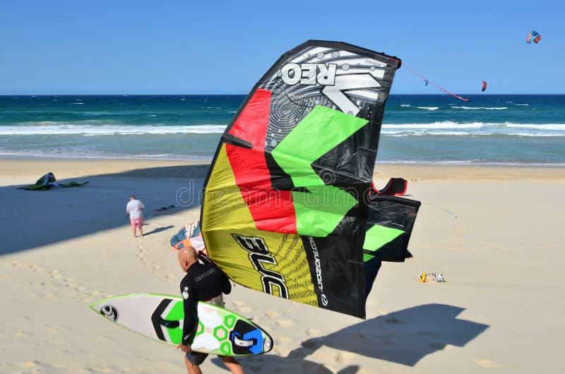Kitesurfing в рае Квинсленде Австралии серферов стоковое фото