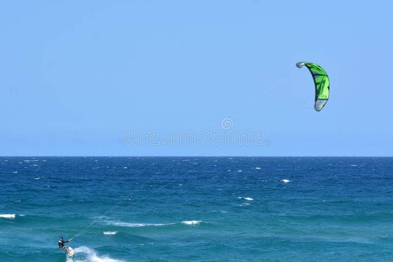 Kitesurfing в рае Квинсленде Австралии серферов стоковые изображения rf