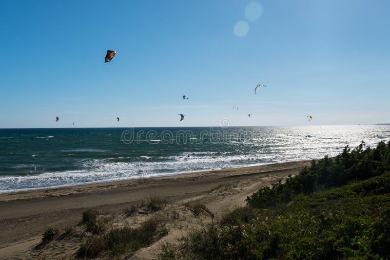 Kitesurfing на пляже эгейское море раннего утра резвится индюк лета windsurfing стоковая фотография rf