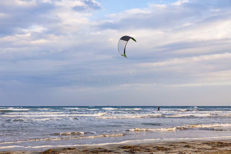 Kitesurfing на пляже мили ` s дамы, Лимасол, Кипр стоковые изображения rf