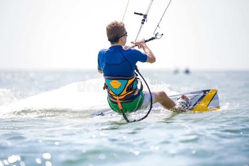 Kitesurfing imagem de stock royalty free