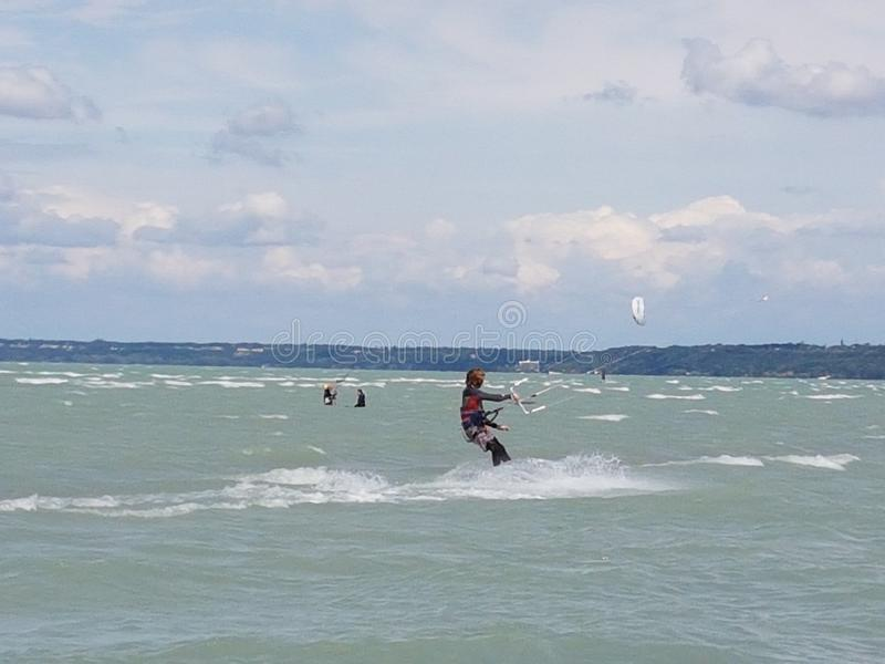 Kitesurfing balaton jeziorna woda obraz stock