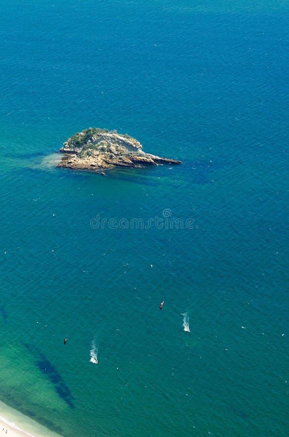Kitesurfing bij het strand van Portinho DA Arrabida royalty-vrije stock fotografie