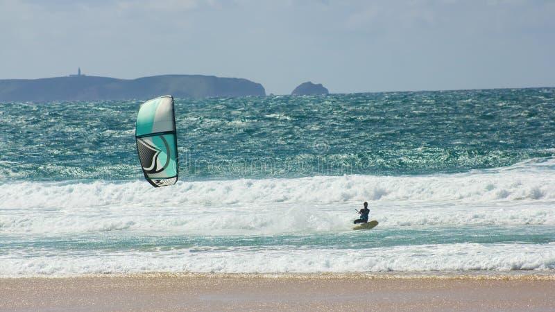 Kitesurfing de formação na frente da ilha de Berlenga, Portugal imagem de stock royalty free