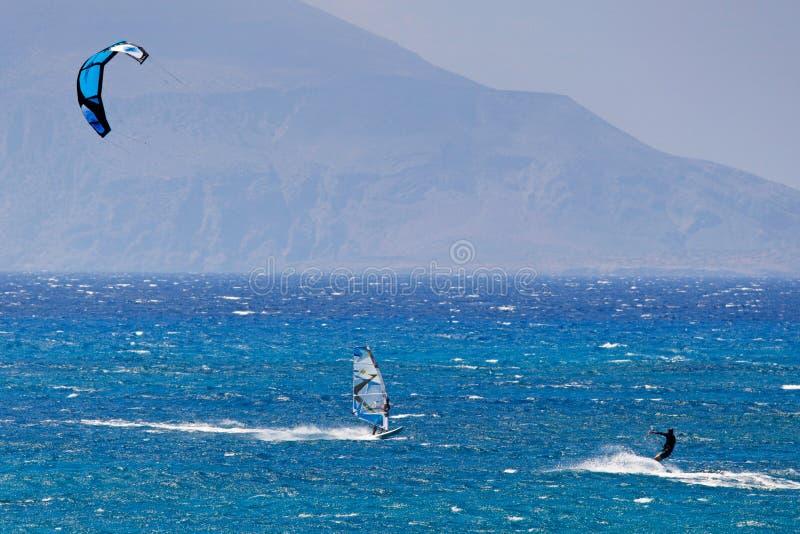 Kitesurfing em Agrillaopotamos de Karpathos, Grécia fotografia de stock