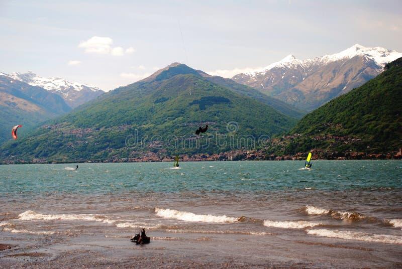 Kitesurfing en Colico Italia fotos de archivo