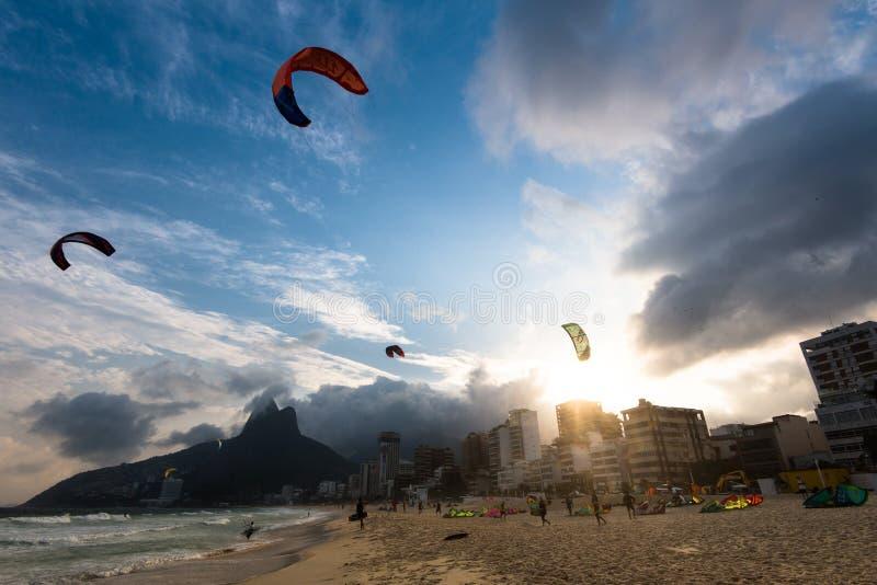 Kitesurfing en la playa foto de archivo