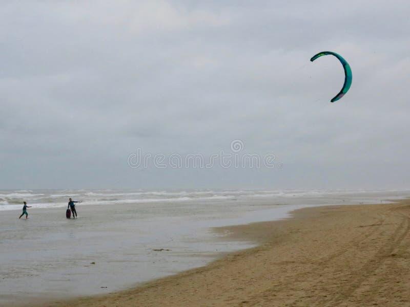 Kitesurfing Ende des Nachmittages auf dem Strand von Noordwijk Neth lizenzfreie stockfotografie