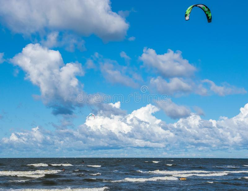 Kitesurfing Fotos da ação de Kiteboarding O homem entre ondas vai rapidamente imagem de stock