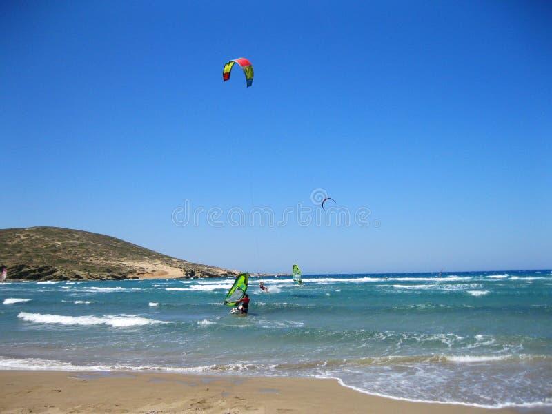 Kitesurfing i Prasonisi, Rhodes, Grekland royaltyfri bild