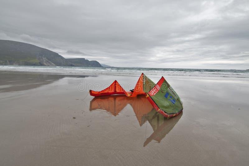 Kitesurfing in Irland stockfotos