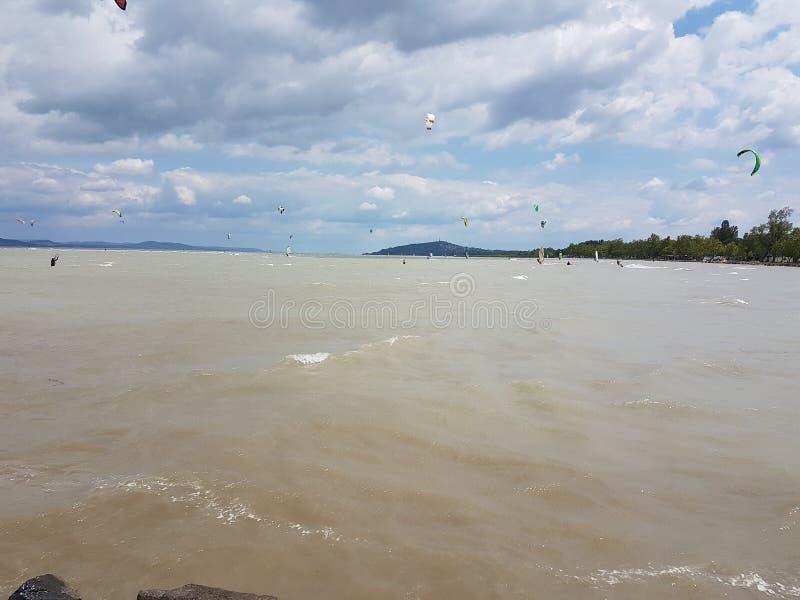 Kitesurfing jeziora balaton obrazy stock