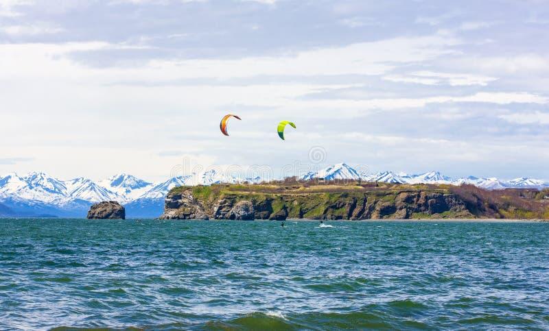 Kitesurfing, kiteboarding, прибой змея Весьма спорт kitesurfing в Камчатском полуострове в Тихом океане стоковое изображение