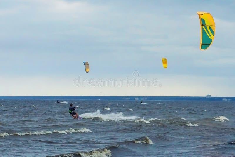 Kitesurfing op een winderige dag royalty-vrije stock foto