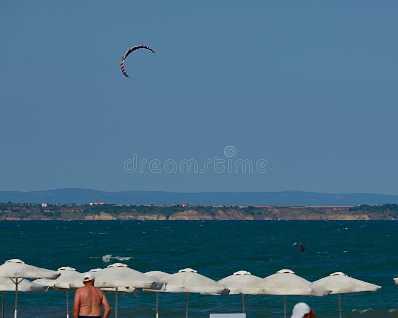 Kitesurfing på den Black Sea kusten i sommar fotografering för bildbyråer