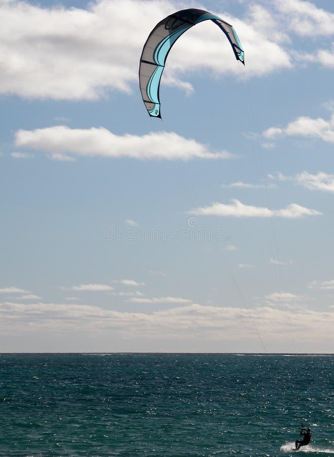 Kitesurfing in Paradijs royalty-vrije stock fotografie
